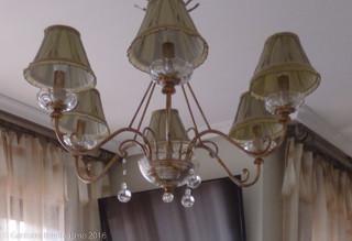 Dormitorio de matrimonio clásico con lámpara clásica de 6 sucursales thumbnail