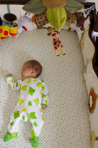 Decoración de la habitación de un bebé y su cuna de bebé